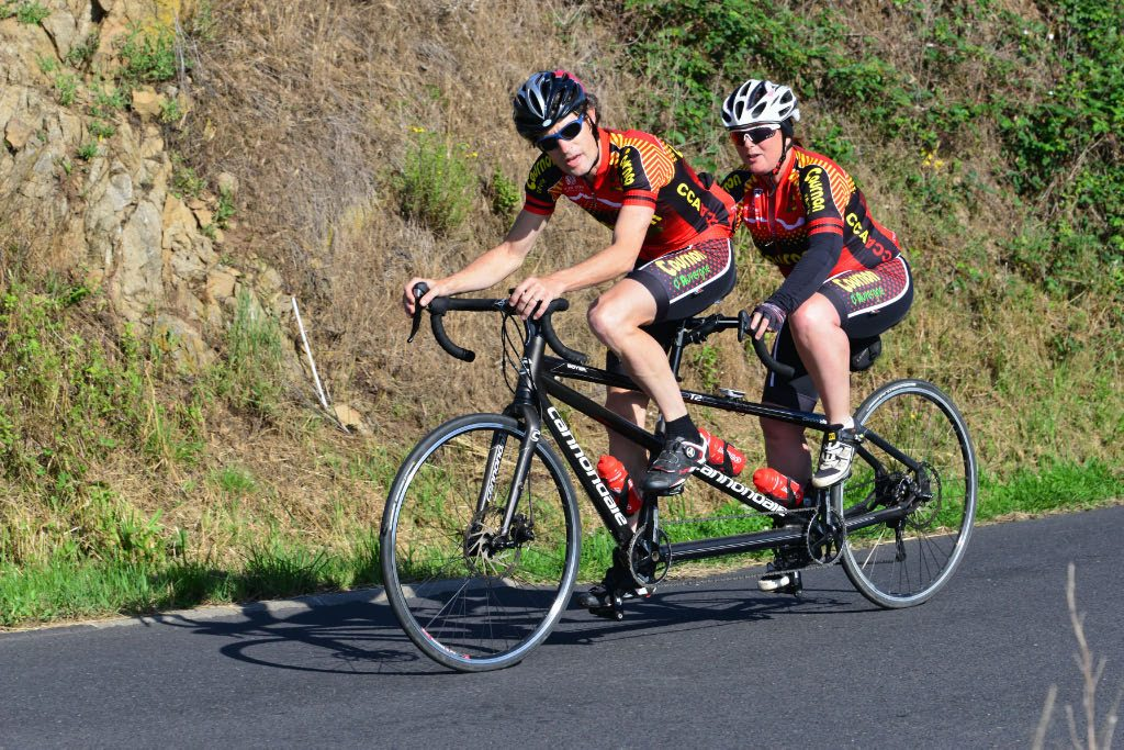 La Gergovienne : cyclotouristes en tandem dans la montée de Cournols