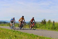 La Gergovienne : cyclotouristes vers Aydat au menhir couché de pierre-longue